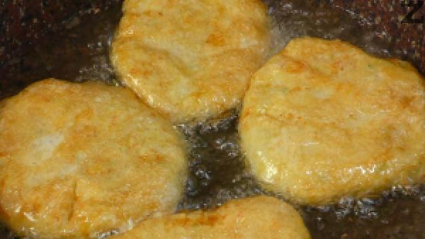Кюфтетата се пържат в загрято олио за 3-4 минути от всяка страна, изваждат се и оставят за кратко върху салфетка, след което се поднасят с кисело мляко или сос.