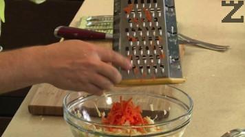 Морковите се настъргват на едро ренде и слагат при салатата.