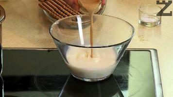 """Останалото прясно мляко се затопля до 35 градуса и смесва със """"Бейлис""""-сметаново уиски."""