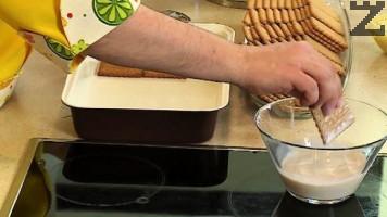 В него се топят за кратко какаови бисквити, които се редят на дъното на правоъглъна тавичка с размер 30Х20см.