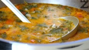 След като се смесят добре се сипва постепенно в тенджерата като се разбърква. Чорбата е готова за сервиране.