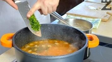 Супата се вари 15-20 минути на умерен огън и тогава се подправя с 1 ч.л. чубрица и 4 стръка ситно нарязан магданоз. Варят се 2-3 минути и тенджерата се маха от котлона.