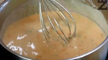 Така продуктите се загряват като се бъркат непрекъснато и след като сместа заври се отегля от котлона. Постепенно се наливат 2 черпака от горещия бульон на супата и застройката на тънка струя се сипва в тенджерата като се разбърква непрекъснато.
