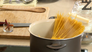 Спагетите се слагат в тенджера с подсолена вряща вода. Варят се 8-10 минути и след това се отцеждат.