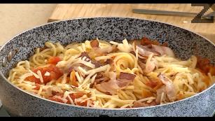 """Настъргва се сирене """"Пекорино"""". Горещите отцедени спагети се слагат в доматения сос и смесват със сиренето """"Пекорино"""" и запържения бекон. Добре се размесват и сервират в дълбоки чинии."""