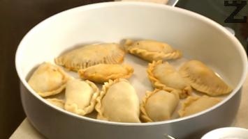 Подреждат се в намазенена тава. Пекат се в силно загрята фурна при температура 200 градуса за 20-30 минути.