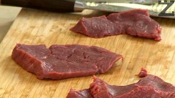 Месото се реже напречно на мускулните влъкна на 4 тънки филии.