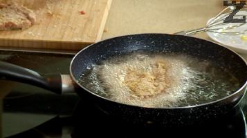В добре загрято олио, шницелите се пържат по 3-4 минути от всяка страна.