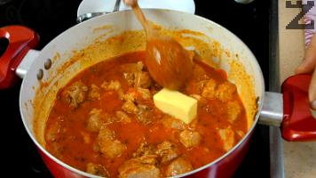 След минута се слага краве масло и ястието се отегля от котлона. Кебапът се поднася с картофено пюре или варен ориз за гарнитура.