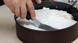 Върху охладения блат се нанася крема и заглажда с шпатула. Прибира се отново в хладилнилик за да стегне добре минимум за 6 часа. Най-добре е да се остави за една вечер.
