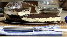 Готовия десерт се нарязва на триъгълници и сервира.