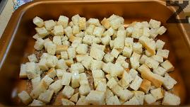 Хлябът се нарязва на малки кубчета и слага в намаслена тава, поръсва се с няколко щипки сол и 1-2 с.л. олио. Разбърква се и слага да се пече на 200С за около 10-15 минути, докато стане златисто-кафяв.