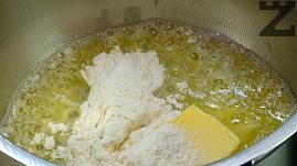 В малка касерола се слага масло и разтопява, поръсва се с брашно. Оставя се за около минута на умерен огън да се запържи до златисто.