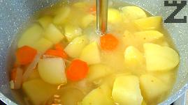 Морковът се почиства и нарязва на колеца. На едро се нарязва и лука. Слагат се при картофите и посоляват. Водата се оставя да заври и зеленчуците се варят на бавен огън за около 20 минути.