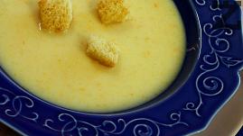 Супата се поднася с изпечените крутончета
