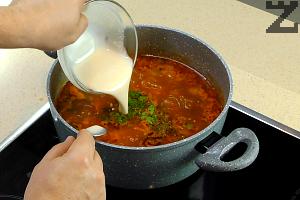 Накрая се размесва брашно с 3-4 с.л. студена вода и слага в тенджерата.