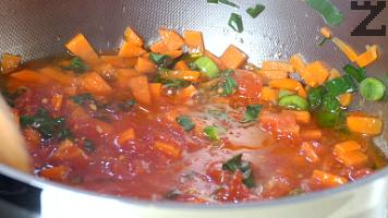 Добавят се скълцани домати и се оставят да се задушат за още минута.
