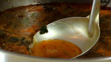 На тънка струя се наливат 6 черпака от горещия бульон, като непрекъснато се бъркат млякото с яйцето.