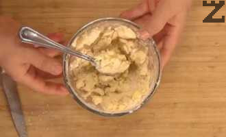 Брашното се смесва със студено масло и останалата част от захарта. Добавя се ванилова захар и с вилица се смачква докато стане на едри трохи.