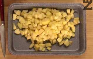 Ябълките се слагат в малка тавичка с размер 18Х10 см. Върху тях се разпределят трохите от масло и брашно.