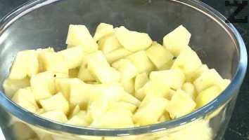 Ябълките се обелват и нарязват на дребно Поръсват се с две супени лъжици захар и разбъркват.