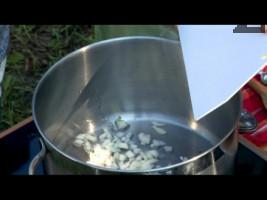 Лукът се нарязва на дребно. В тенджера се налива олио и лукът се пържи на умерен огън за 2 минути. Поръсва се с червен пипер.