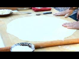 Приготвя се тесто, като в купа счупваме яйцето, прибавяме щипка сол и добавяме 20 мл вода. ( една черупка) Постепенно добавяме брашно, замесваме средно меко тесто. Върху набрашнена повърхност разточваме тестото на тънка кора.