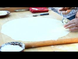 В основата се слага дребно натрошено сирене.
