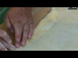 Тестото се завива само колкото да се покрие сиренето, като притискаме с пръсти.