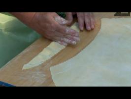 Полученото руло притискаме на няколко места с ръка за да се оформят малки квадратчета.