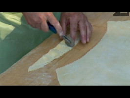 Режат се с вълнообразен валяк ( наричан пинтен ), за да се получат малки тестени хапки, пълни със сирене /тачки/ или равиоли.