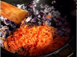 Задушаваме в загрято олио нарязания на дребно лук и настърганите моркови за минута. Заливаме със 2 л вряща вода. Слага се кубче телешки бульон. Всичко се вари 10 минути.