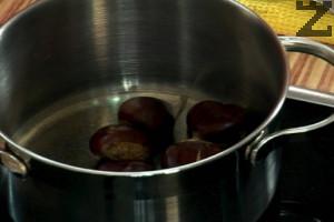 Правим прорези в горната част на кестените. Заливаме ги със студена вода, варим около 25-30 мин. Обелваме ги докато са още топли.