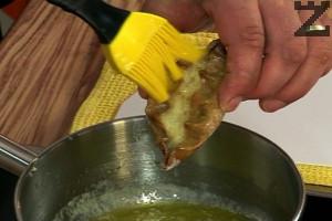 За намазване се приготвя яйчено масло. Сваряме 2 яйца за 8 мин., обелваме и ги намачкваме с вилица на трохи. Прибавяме кравето масло, посоляваме. Всеки горещ пай се намазва с разтопено масло.