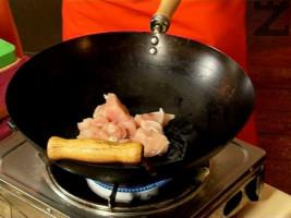 Задушаваме за 5 минути в силно загрято олио пилешкото месо, нарязано на малки парчета, след което го прехвърляме в чиния.