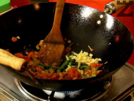 Връщаме пилешкото месо в тигана, разбъркваме. Добавяме сусамово семе, сол, черен пипер и останалите подправки.