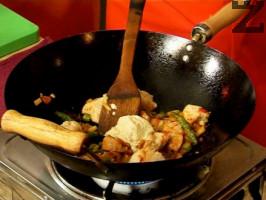 Нахута се мели със сметана в блендер и се добавя в ястието. Разбъркваме добре. Прибавяме нарязаната на дребно рукола и сервираме.