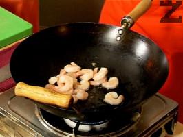Запържваме в загрят зехтин за 1 минута предварително сварените скариди. Прибавяме чесновата паста, джинджифила, 1 ч.л. пюрирана лимонова трева.