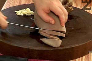 Белим езика докато е още топъл, след което го режем на филийки под лек наклон.