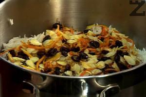 """Половината от сварения ориз се слага в тенджера, добавяме малко от """"Чар масала"""", ( къри ) отгоре слагаме задушеното месо със зеленчуци и покриваме с останалата половина от ориза."""