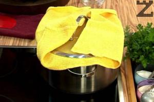 Покриваме тенджерата с кърпа и слагаме капака. Оставяме на най-ниската степен на котлона за 30 мин.