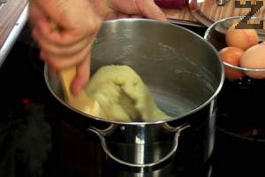 В тенджера слагаме млякото, маслото, солта и захарта. Когато се сгорещи течността, изсипваме цялото брашно, оттегляме от котлона и бъркаме енергично до получаването на тесто.