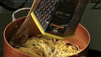 След като спагетите се сварят се отделя 1 черпак от водата и запазва , а те се отцеждат и веднага докато са горещи се слагат при запържения бекон. Тигана се маха от котлона и се сипват разбитите яйцата и запазената вода на спагетите. Хубаво се размесват и сервират поръсени с настърган пармезан и