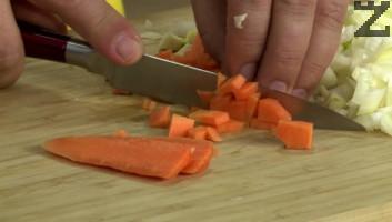 Лукът и морковите се нарязат на дребно.