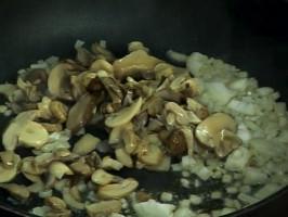 Приготвяме соса. Нарязваме лука на дребно, изпържваме го в зехтин за минута. Добавяме отцедените гъби, наливаме виното.