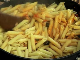 Изсипваме пастата в соса и разбъркваме добре. По желание поднасяме със сирене Грана падано или кашкавал.