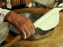 Отделяме отпочиналото тесто на 7-8 топки, които разточваме на тънки кори. Оставяме ги да изсъхнат за 20 ина минути.