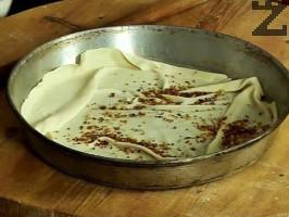 Поставяме в тава малко загрято олио, поставяме първата кора, сипваме от хлебните трохи, поръсваме със счукани орехи. Редим до изчерпване на корите и плънката.