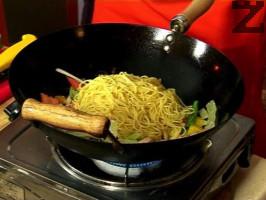 Слагаме сварените спагети, поливаме със соев сос и чили. Поръсваме със смлян сусам, анасон, червен пипер и джинджифил.