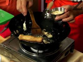 Нарязват се гъбите и добавят в тигана, след минута се слага джоджен, рукула и се поръсва с брашно.